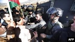 تصویری که نشان میدهد پلیس مرزی اسرائیل گلوی آقای ابوعین را فشار میدهد.