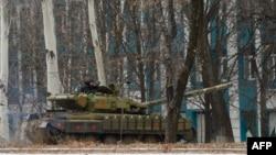 Донецк көшелерінде жүрген айырым белгісі жоқ, ресейлік Т-72 танкісі. Украина, қараша 2014 жыл. (Көрнекі сурет).