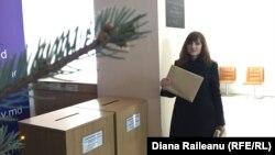 Alina Andronache depune petiţia şi plicul cu plângeri la Guvern