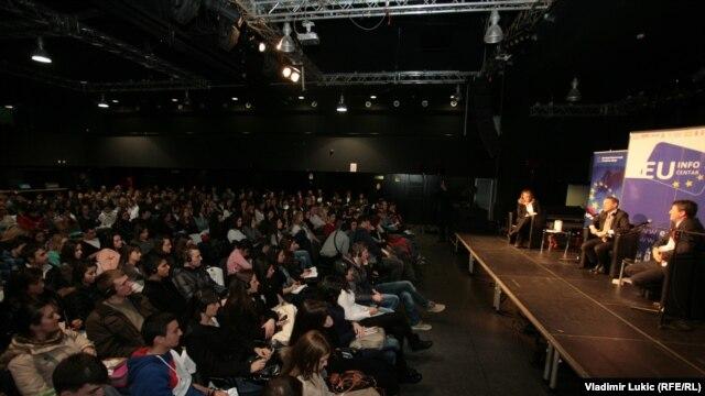 Srednjoškolci na debati sa Vensanom Dežerom i Žarkom Obradovićem