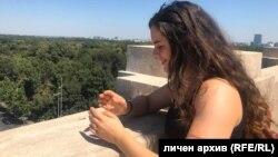 Галя, ученичка от 12-и клас в София, по време на екскурзия миналата година. Днес не излиза от вкъщи заради обявеното извънредно положение и се вълнува от въпроси, които са важни за около 50 000 абитуриенти в страната.