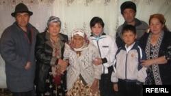 Тути Юсупова с потомками в 2008 году.