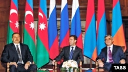 Ресей президенті Д. Медведев (ортада),Армения президенті С.Саркисян (оң жақта), Әзірбайжан президенті Илхам Алиев(сол жақта). Мәскеу сыртында, 2 қараша, 2008 ж.