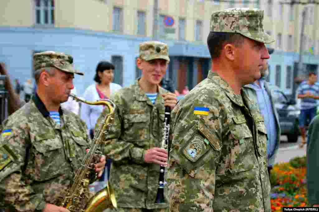 Бійців зустрічає військовий оркестр. Також зустріти своїх побратимів прийшли бійці 90-го батальйону, які повернулися додому минулої суботи