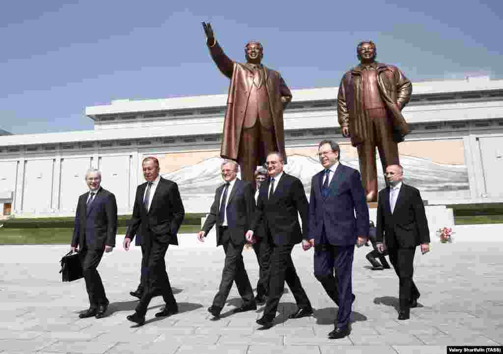 Российская делегация во главе с Лавровым у Музея революции. Нынешний визит в Пхеньян для Лаврова - третий по счету. Ранее он посещал Северную Корею в 2004-м и 2009 году.