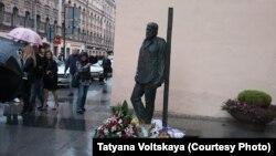 Памятник Сергею Довлатову в Петербурге (архивное фото)