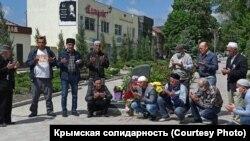 Крымские татары проводят молебен у памятного знака жертвам депортации 1944 года. Белогорск, 18 мая 2020 года