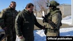 Ermənistan müdafiə naziri David Tonoyan və Gümrüdəki Rusiya bazasının əsgəri