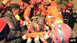 Турецькі рятувальники витягають потерпілого з-під завалів, 9 листопада 2011 року
