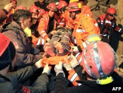 Рятувальники витягують з-під завалів жертв землетрусу, 9 листопада 2011 року