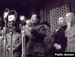 Мао Цзедун на площади Тяньаньмэнь провозглашает создание КНР. 1 октября 1949 года