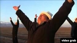 Өзүн теңирчи деп эсептеген Кубанычбек Тезекбаев санаалаштары менен сыйынуу жөрөлгөсүндө.