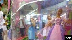 عروسک باربی در ویترین یک مغازه اسباب بازی فروشی. عکس از AFP.