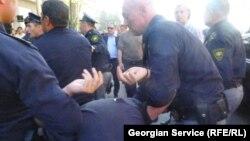 В докладе отмечается, что в Грузии по-прежнему остаются проблемы, связанные со свободой собрания, а также превышениями полномочий со стороны правоохранительных органов