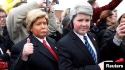Doi copii, îmbrăcați ca Donald Trump și Mike Pence, întâmpinându-i pe președintele și vicepreședintele SUA în Salt Lake City, 4 decembrie 2017