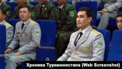 Сердар Бердымухамедов (в центре), сын президента Туркменистана Гурбангулы Бердымухамедова, на церемонии вручения медали «Мяликгулы Бердымухамедов».