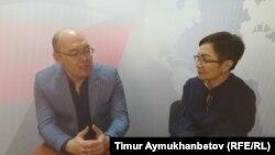 В студии программы АзаттыкLIVE член президиума Общенациональной социал-демократической партии Асхат Рахимжанов и журналист Гульмира Каракозова. Нур-Султан, 26 марта 2019 года.