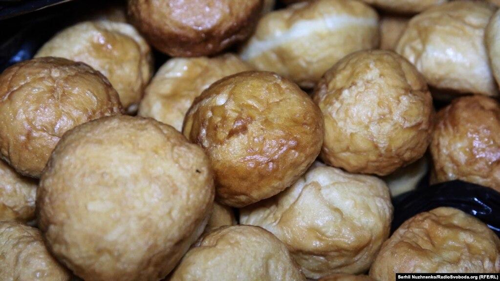 На Хануку готують оладки, пончики з дріжджового тіста з різними начинками та латкес (подібні до дерунів)