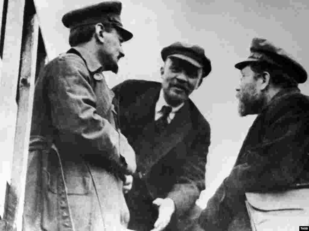 Soviet leaders Leon Trotsky (left), Vladimir Lenin (center), and Lev Kamenev in Moscow in 1920 - Lenin died in 1924, shortly after the civil war's end. But he had built a centralized authoritarian state system with Byzantine power structures and no democratic institutions. The revolutionaries began to turn on one another, leading to the dictatorship of Josef Stalin. Just 20 years after the October Revolution, the Soviet Union experienced the nightmare of Stalin's Great Terror.