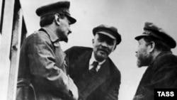 Слева направо: Троцкий, Ленин, Каменев, Москва, 1 января 1920 г