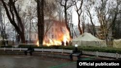 Пожежа в наметі у Маріїнському парку Києва, 26 листопада 2017 року (фото поліції Києва)