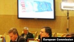 Ýewropa Komissiýasynyň prezidenti Zoze Manuel Barroso we ÝB-niň energiýa komissary Günter Öttinger (çepde) Türkmenistanyň prezidenti G.Berdimuhamedow bilen duşuşýar, 15-nji ýanwar, 2011.