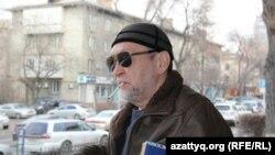"""Нурлан Устемиров, адвокат журналиста Рафаэля Балгина, арестованного по делу о """"заказных статьях"""" на сайте Nakanune.kz. Алматы, 30 декабря 2015 года."""