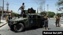 Сотрудники сил безопасности Афганистана у места взрыва. Кабул, 1 июля 2019 года.