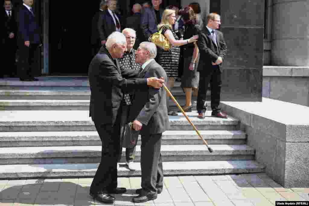 Зьлева—Мікалай Слюнькоў, былы першы сакратар ЦК КПБ, справа —былы другі сакратар ЦК КПБ Аляксей Камай