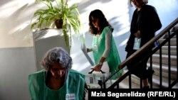 საარჩევნო კომისიის წევრები გადასატანი ყუთით
