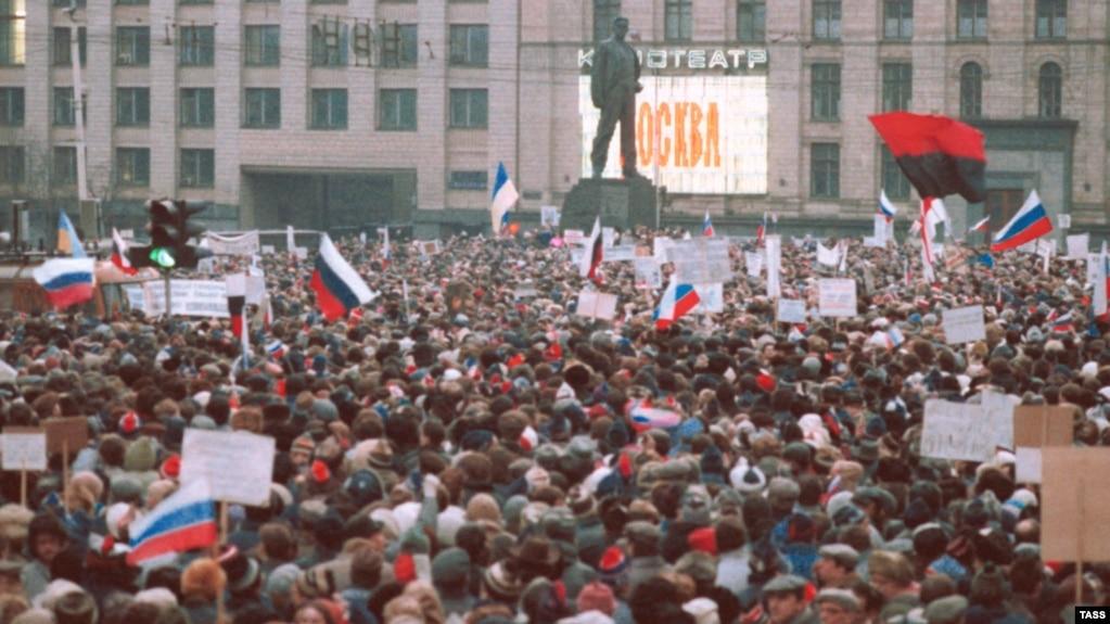 Мітинг у столиці тоді ще СРСР, на якому майорять і українські прапори (червоно-чорний та синьо-жовтий). Москва, 28 березня 1991 року. Українці брали активну участь в масових акціях у Москві, які, в кінцевому результаті, призвели до розпаду радянської імперії