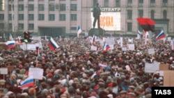 Мітинг у столиці тоді ще СРСР, на якому майорять і українські прапори (червоно-чорний та синьо-жовтий). Москва, 28 березня 1991 року