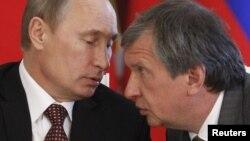 Голова державної нафтової компанії «Роснєфть» Ігор Сечин (праворуч) слухає президента Росії Володимира Путіна (архівне фото)
