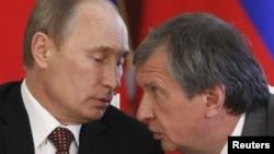 """Президент России Владимир Путин и глава """"Роснефти"""" Игорь Сечин (справа)."""