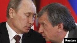 Владимир Путин и Игорь Сечин уверяют, что России не страшны международные санкции
