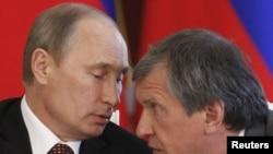 ولادیمیر پوتین در کنار ایگور سچین، مردی که به عنوان «دست راست» پوتین شناخته میشود و نامش در لیست تحریمیهای روسیه دیده میشود