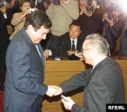 Айдар Акаевге Боршайкомдун ошол кездеги жетекчиси Сулайман Иманбаев мандат тапшырып жаткан учур. 22-март, 2005-жыл. (Архивдик сүрөт).