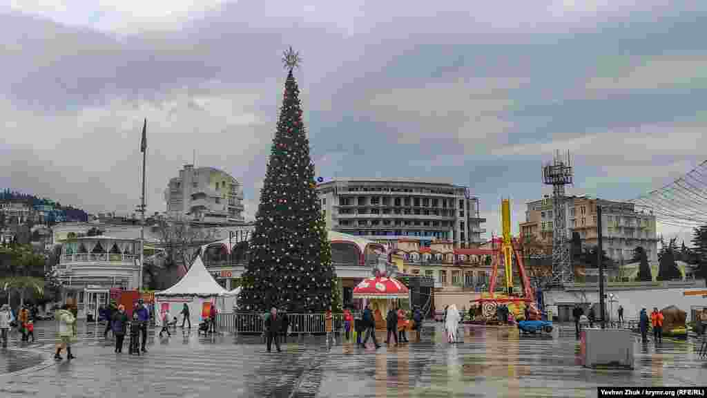 Бесснежное Рождество в пасмурной Ялте и главная елка города на набережной