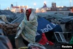 Нелегальный иммигрант из Афганистана на окраине французского портового города Кале. 2014 год