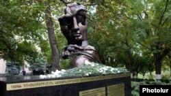 Мемориал жертвам трагедии «27 октября» во дворе парламента Армении
