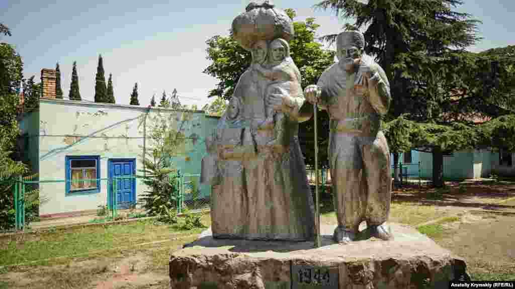 Перед сельским Домом культуры на улице Ленина установлен памятник жертвам сталинской депортации крымских татар в 1944 году