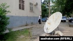 Ýaşaýyş jaýdan aýrylan sputnik antenna, Türkmenistan.