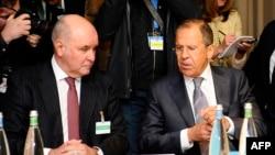 Sergei Lavrov (sağda) Grigory Karasin-lə, arxiv fotosu