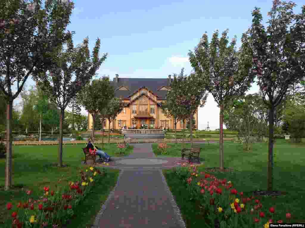 Вид на деревянный фасад Хонки с цветочной аллеи