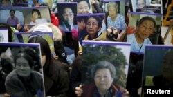 Южнокорейские студенты несут портреты бывших так называемых «женщин-утешительниц» перед посольством Японии в Сеуле