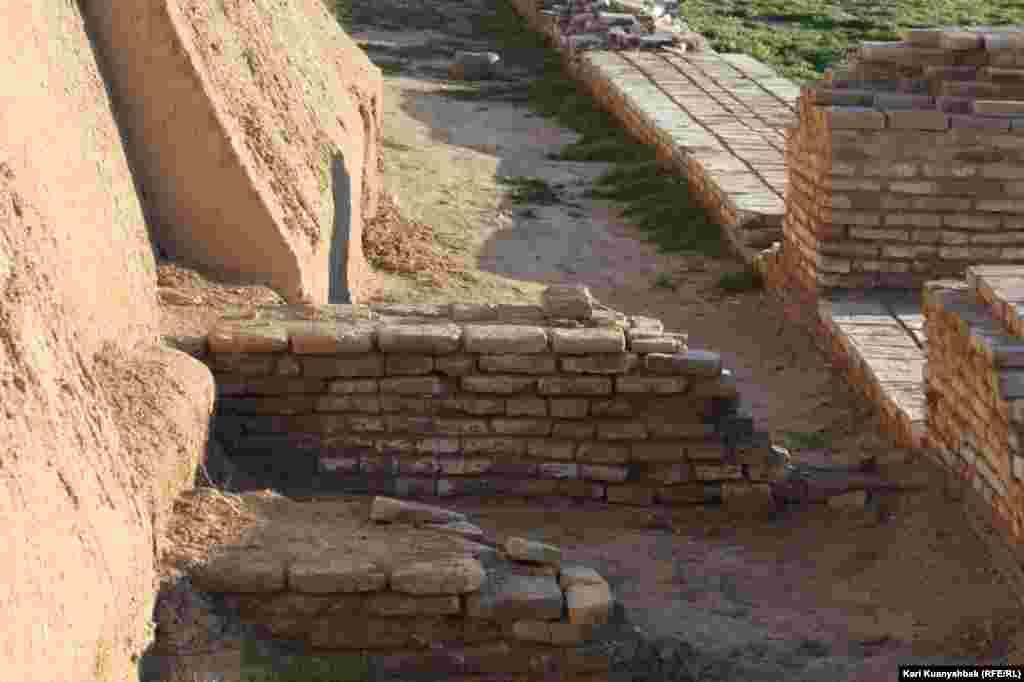 Законсервированные и отреставрированные стены.
