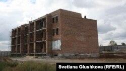 Один из недостроенных домов жилого комплекса «Прага» компании «АльБаракат Компани». Астана, 12 августа 2015 года.