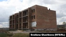 «АльБаракат Компани» Астанада салып жатқан «Прага» тұрғын үй кешенінің құрылысы бітпеген нысандарының бірі. 12 тамыз 2015 жыл.