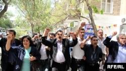 Отдельные группы участников просачивались на площадь и, соединившись, выкрикивали лозунги «Свобода!», «Отставка!», «Свободные выборы!»