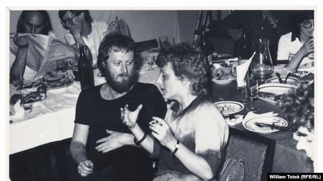 Rolf Bossert discutînd cu Herta Müller, Timişoara, 1983 (Foto: arhivă Totok)